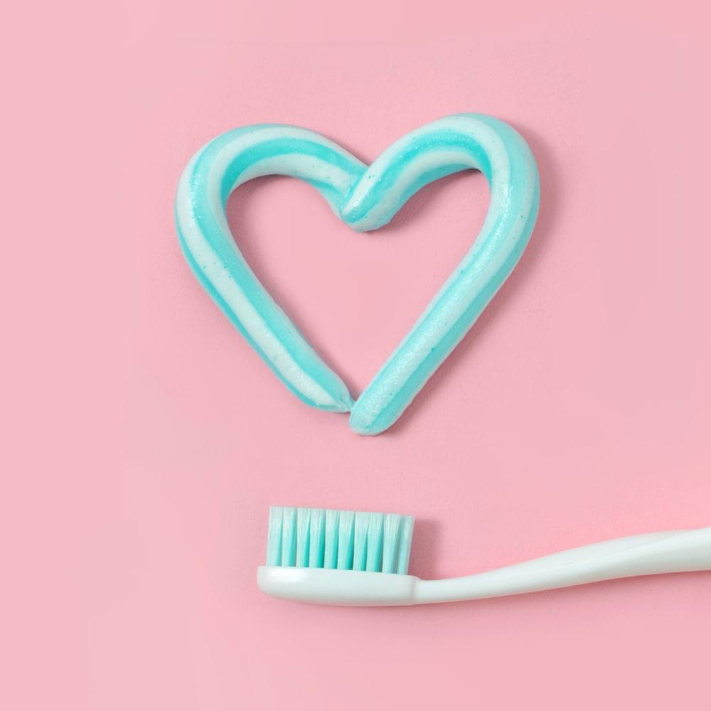 matériel hygiène dentaire - brosse à dent et coeur de dentifrice