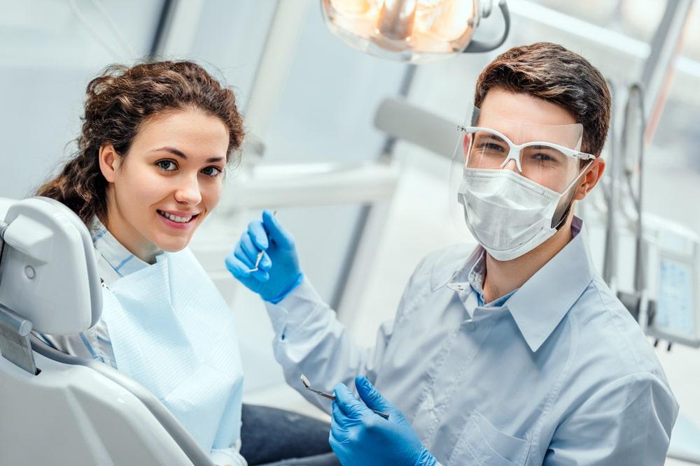 dentiste et patiente satisfaite