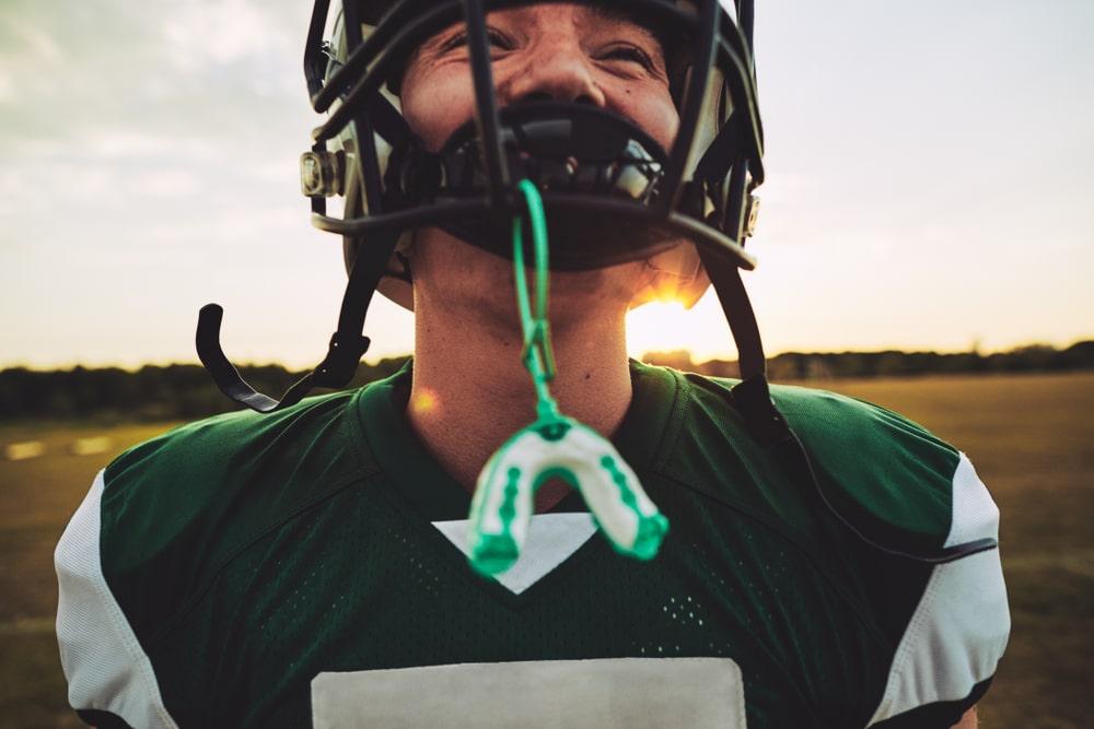 joueur football avec protecteur buccal