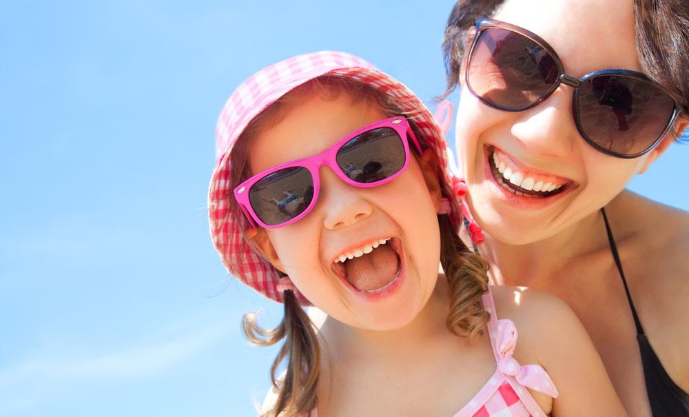 Femme et fillette heureuses en été