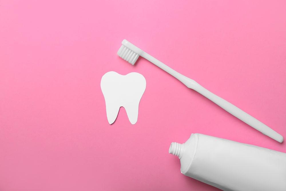 Brosse à dent, dentifrice et dent blanche