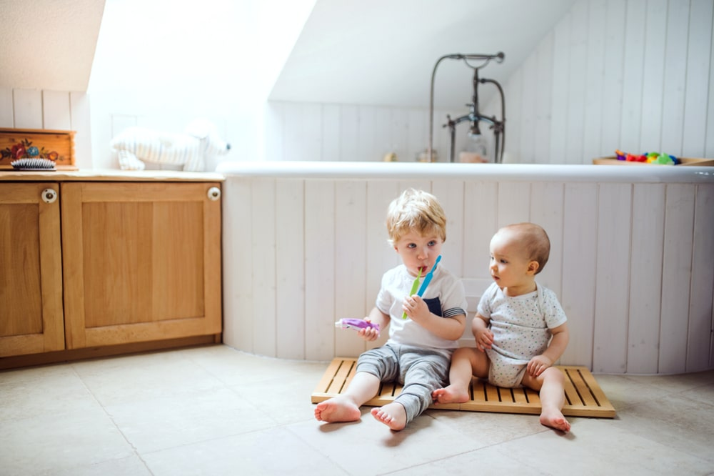 jeunes enfants avec des brosses à dents