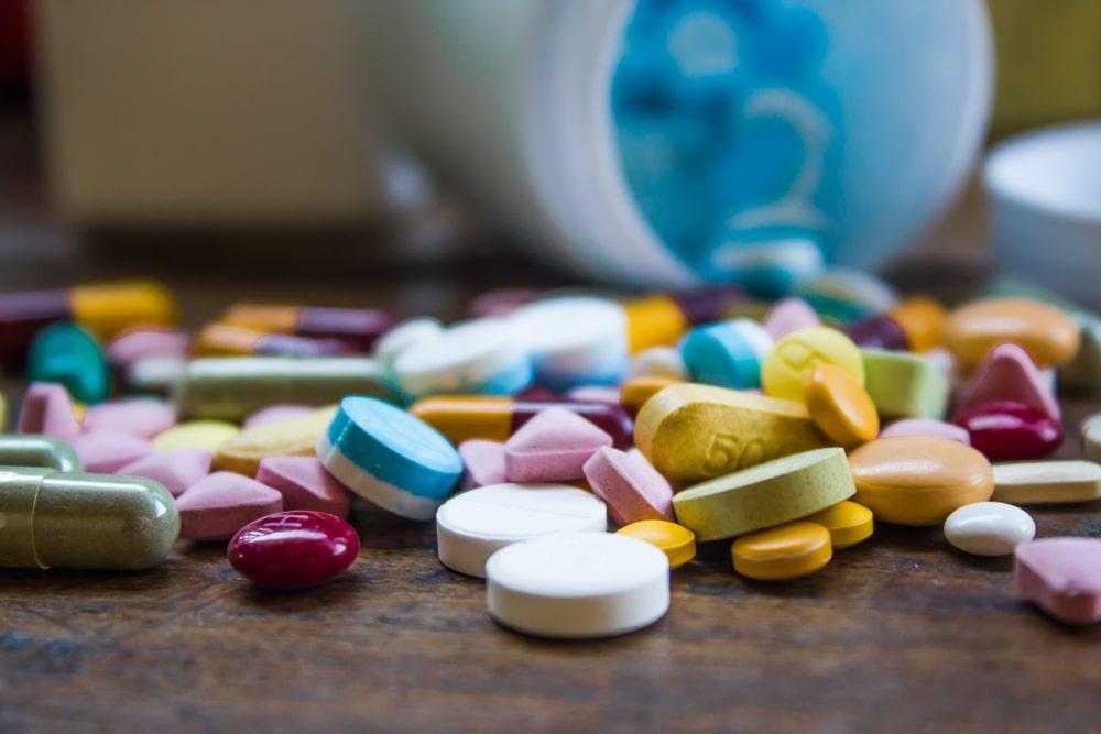 médicaments sur une table