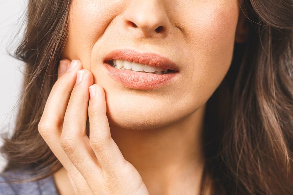 Gros plan femme qui a des douleurs dentaires
