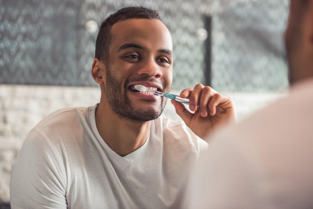homme lors de son hygiène dentaire quotidienne
